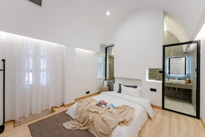 卧室-一线光,几何空间设计手法,营造神性天光,因地制宜,洁净棉麻定制四件套,舒适养颜花茶,光照极度充足,极其适合拍照