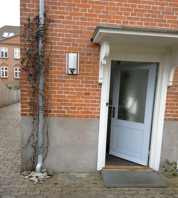 Indgang bag huset