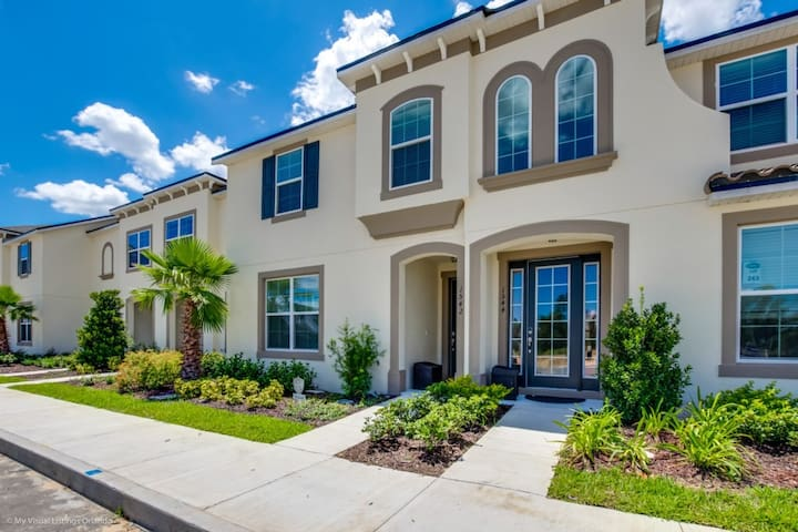 Unsurpassed 5 Bdm Townhome with private pool