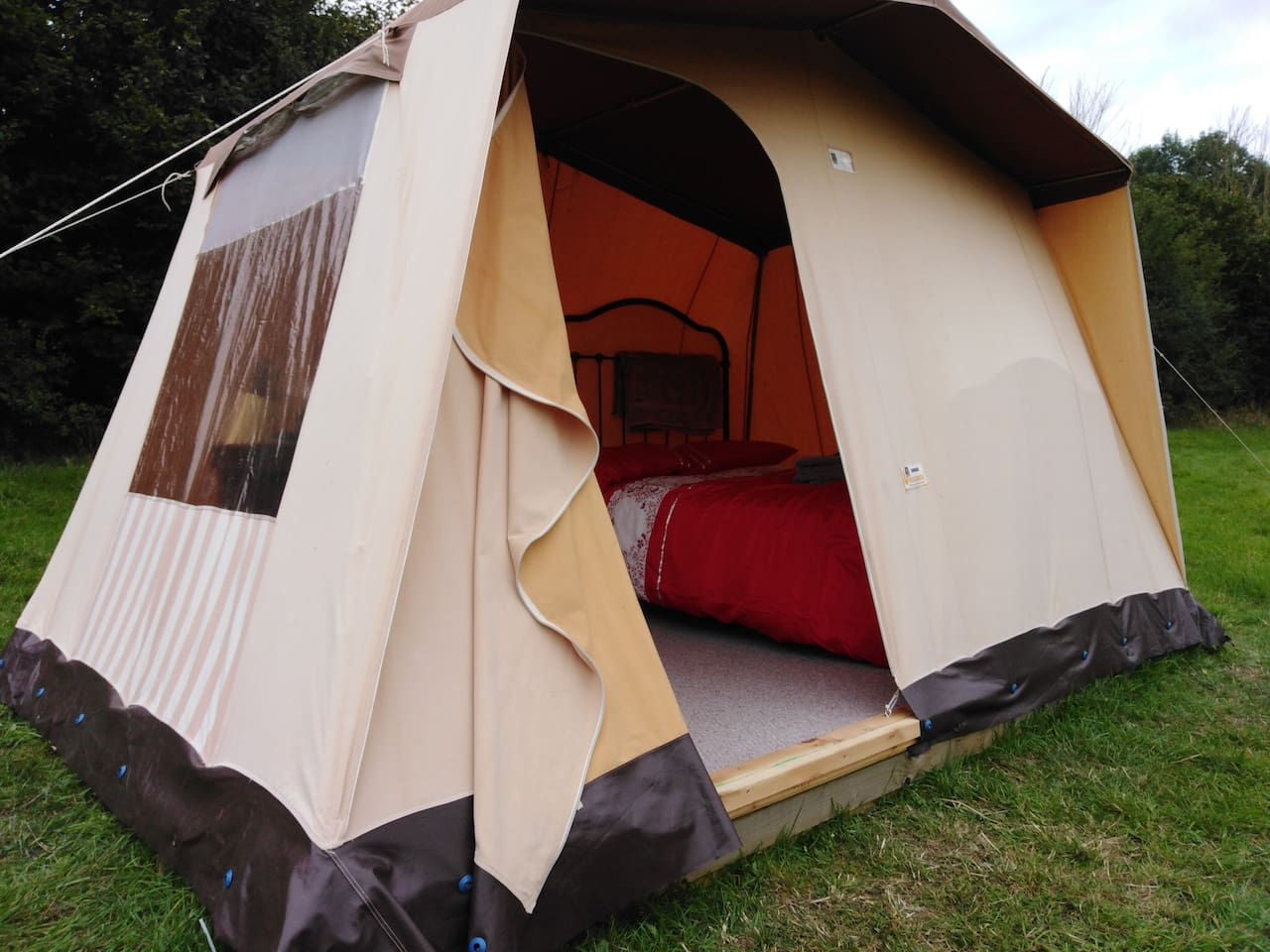 1980's Hungarian snug tent for a sumptuous stay under the canvas