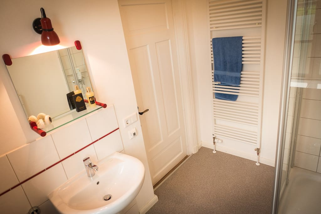 2. Bad im EG mit Dusche (alleinige Benutzung/Zugang)