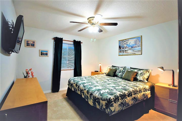 King size bed close to Disney and Airport