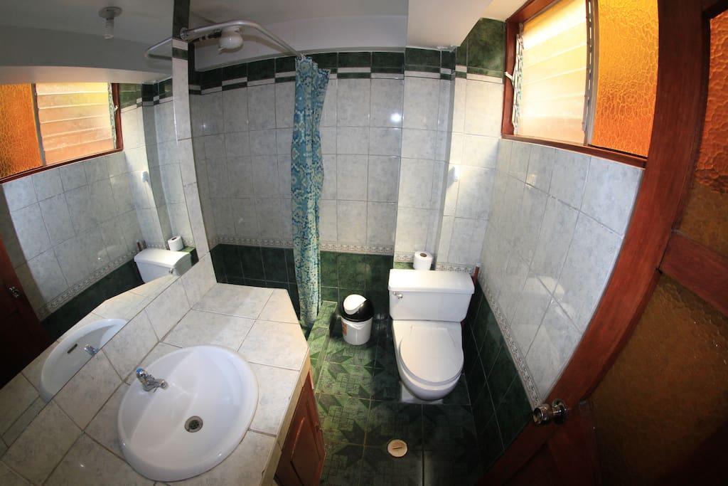 Baño de habitación 201.