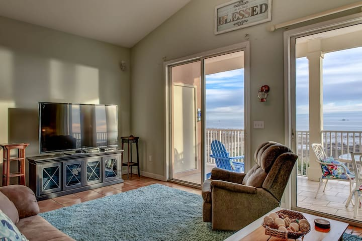 Top floor condo with great views, shared pools & beach access!