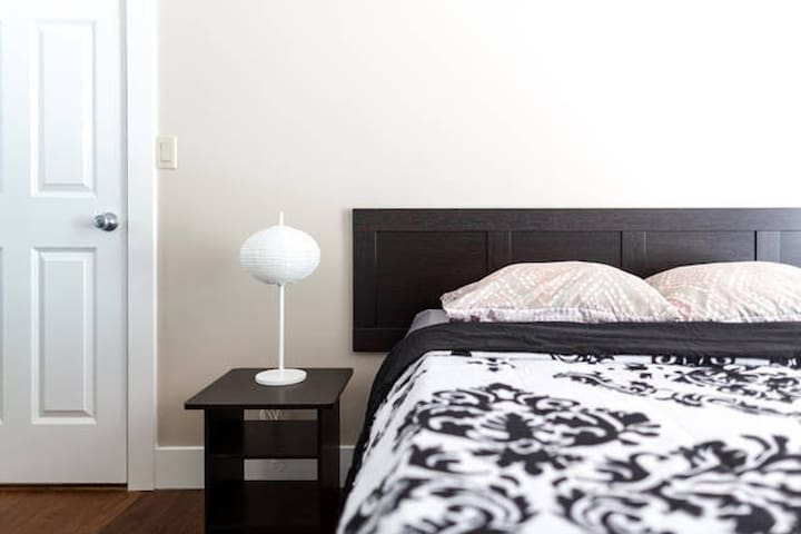 No-frills private bedroom with queen size bed - Bellevue