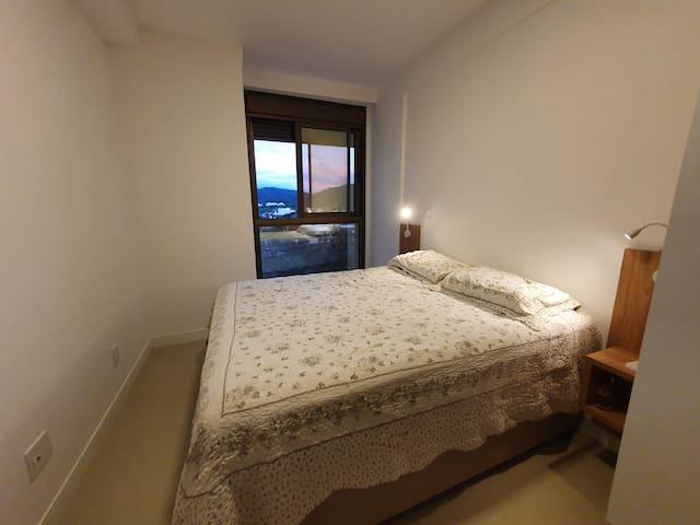 Suite master com cama queen, ar condicionado e amplo armário