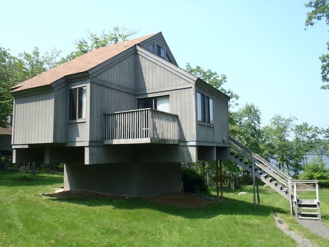 Lakefront in the Poconos for 6 ppl - 布什基爾(Bushkill) - 小木屋