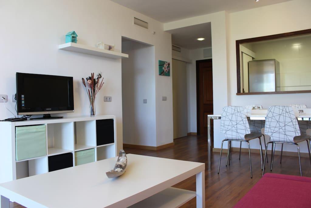 Amplio y luminoso salón con sofá cama doble