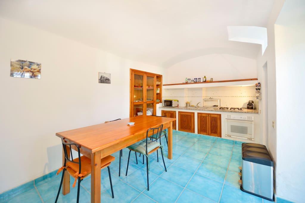 Cucina: tavolo e piano cottura (sfondo)