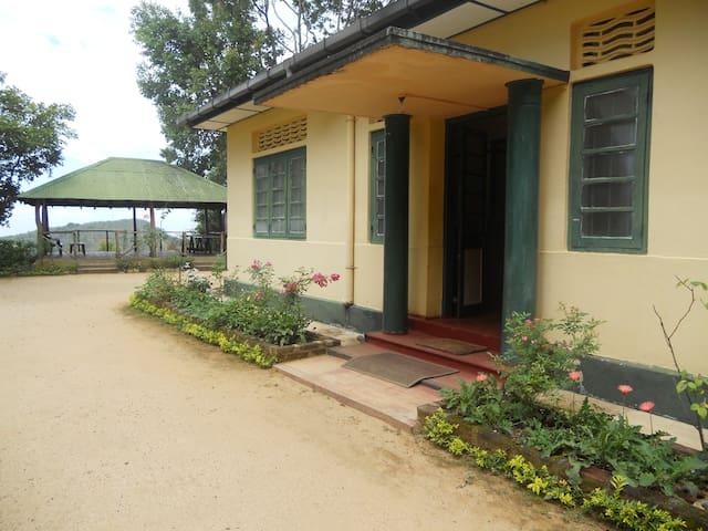 Private ex-plantation bungalow. - Koslanda - Huis