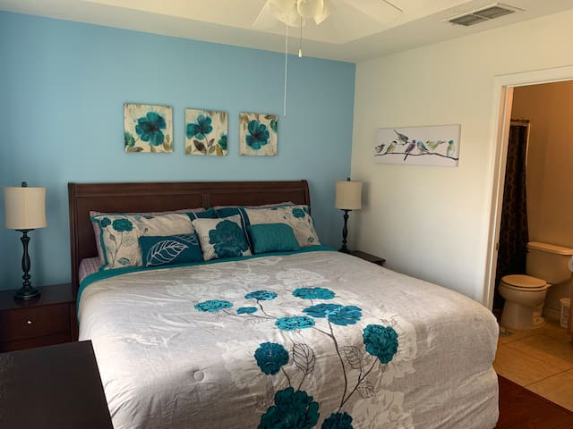 King bed private bath 15 min Disney