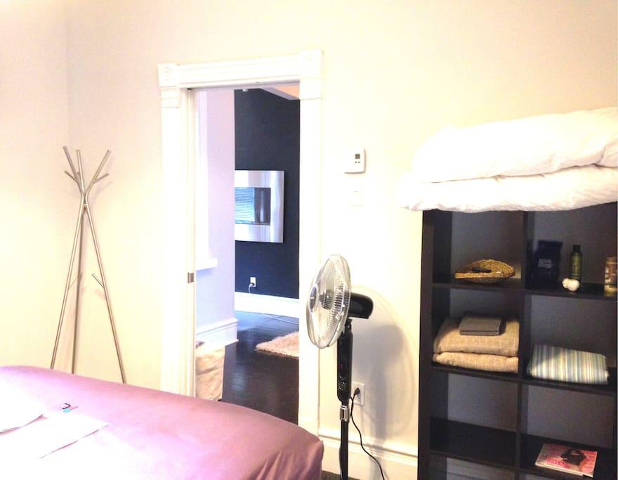 Votre chambre, avec serviettes, couvertures et draps propres, ainsi que savons et ventilateur.