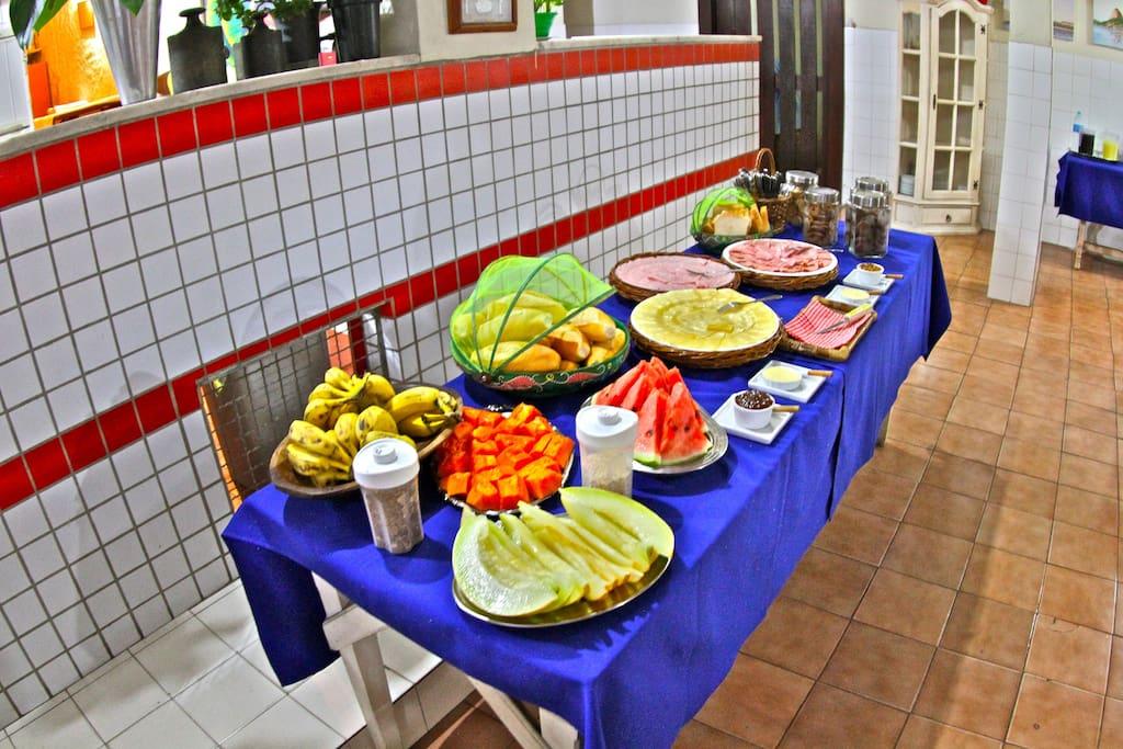Frutas, pães, sucos, geléias, queijos, biscoitos, café , leite, etc...