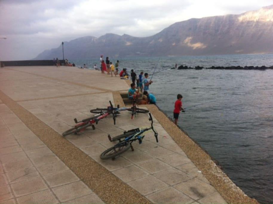 Muelle de la caleta de Famara, especial para la pesca sobre todo en horario de marea alta