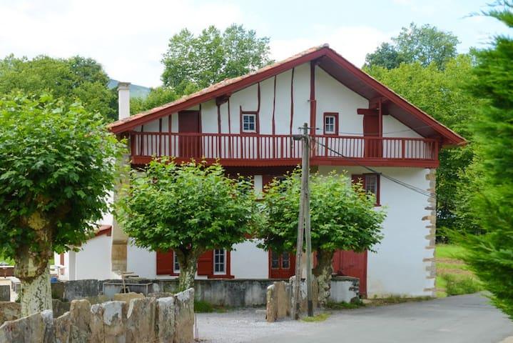 Maison basque nouvellement rénovée - Sare - House