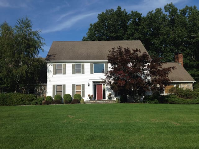 Spacious 3BR with AMAZING back yard - New Milford - Hus