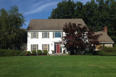 Spacious 3BR with AMAZING back yard - New Milford