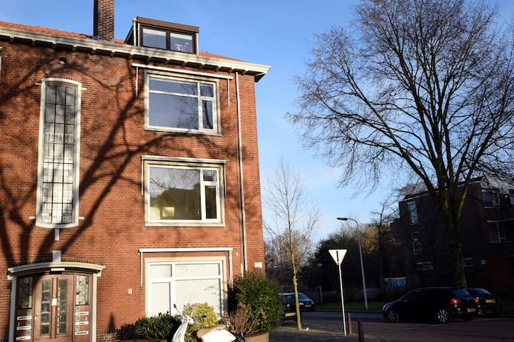 Spacious apartment on the 2nd floor in The Hague, less than 1.5 km from the sea.