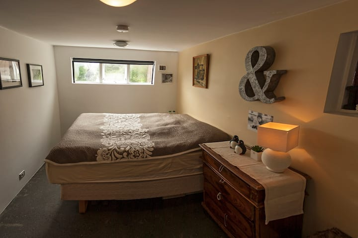 Room C for 2 in a quiet neighbourhood. Central.