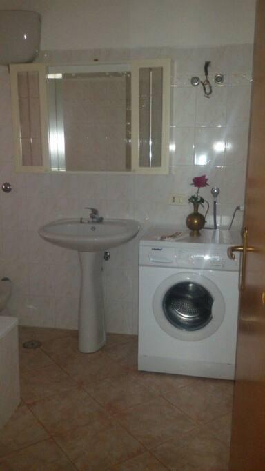 Zona bagno con lavatrice