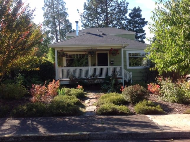 Cozy 1940's convenient cottage, no cleaning fees - Eugene - House