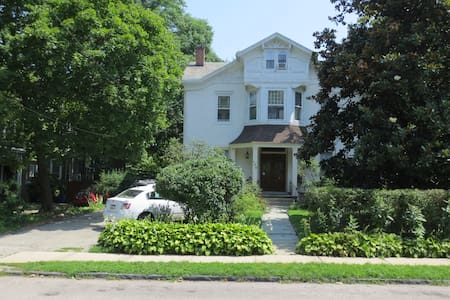 WALK TO TRAIN * PRIVATE PARKING * BnB KING 2 ROOM - Philadelphia - Bed & Breakfast