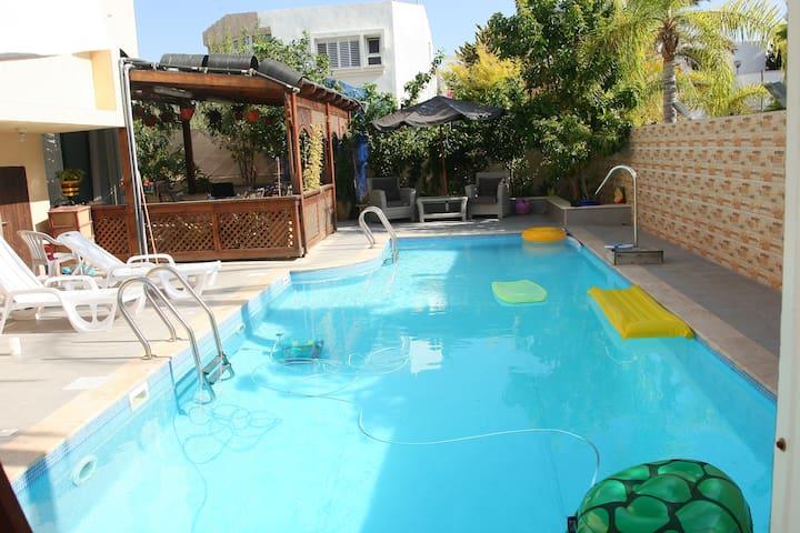 Апартаменты на вилле с бассейном - Ashdod - Haus