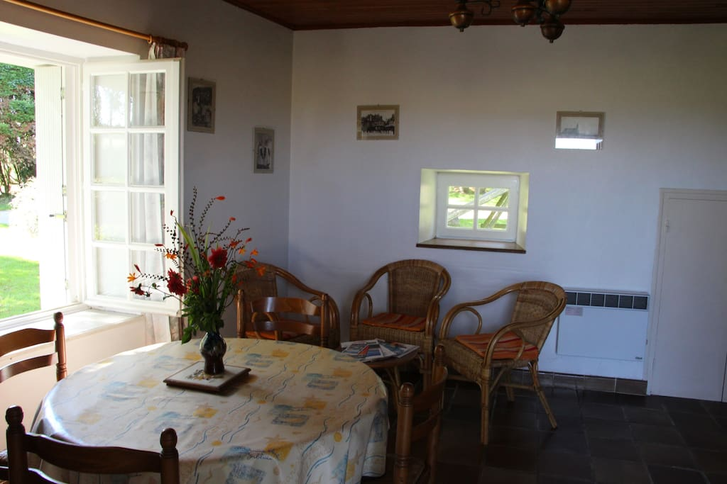 Pièce principale (cuisine/coin salon) ouverte sur jardin