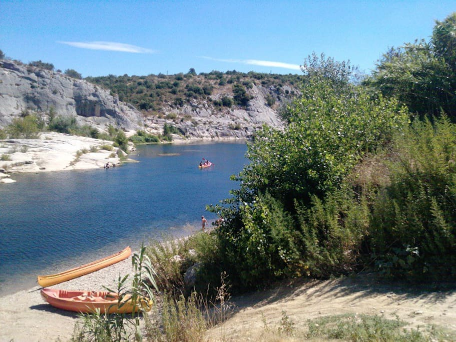 nearby canoes for visiting the Pont du Gard