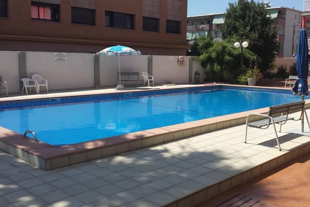 piscina grande condominiale