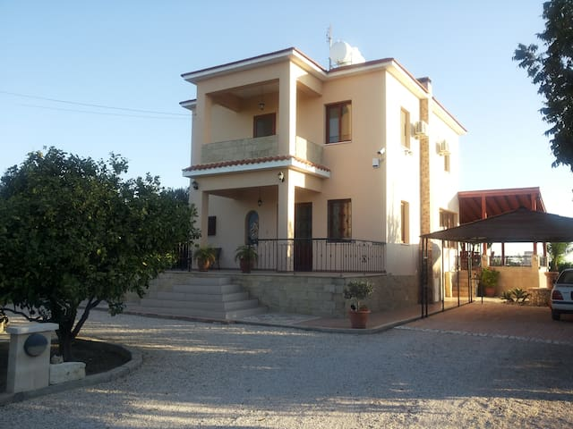 A spacious 4 bedroom beach villa - Larnaka - Villa