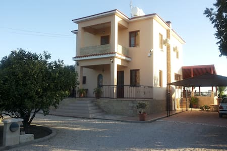 A spacious 4 bedroom beach villa - Larnaca