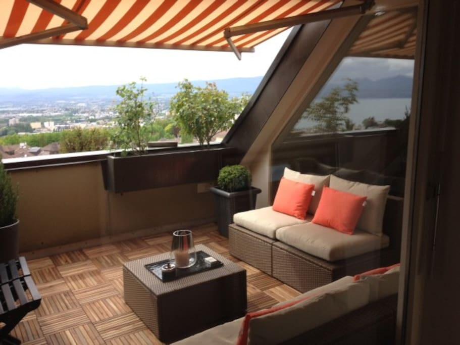 Terrasse meublée avec vue sur le lac léman