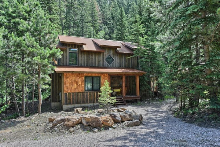 Silver King Lodge - private cabin south of Deadwood with the creek in your back yard!