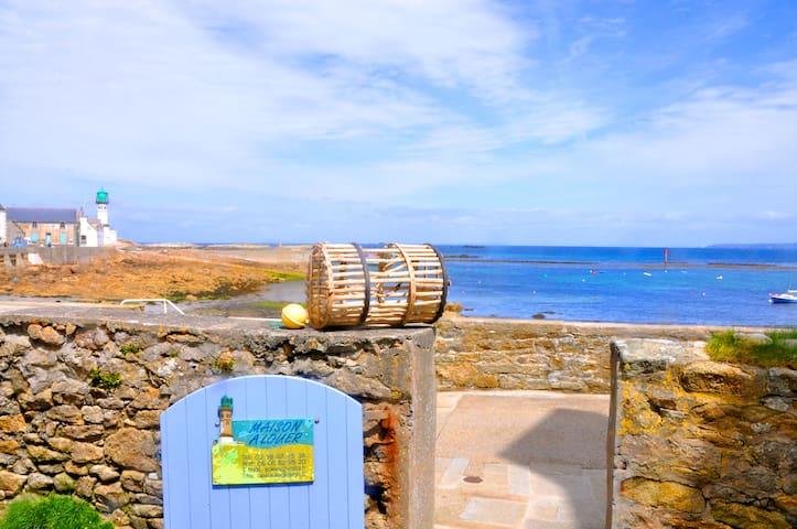 Maison sur le quai devant la plage. - Île de Sein