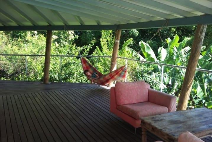 studio dans la verdure avec piscine, vue mer.