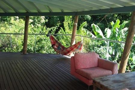 studio dans la verdure avec piscine, vue mer. - Basse-Terre - Hus