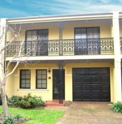 Beautiful, 3 Bedroom, 2 Bathroom Townhouse - Botany