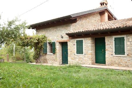 Casa in pietra nella natura - Montecreto