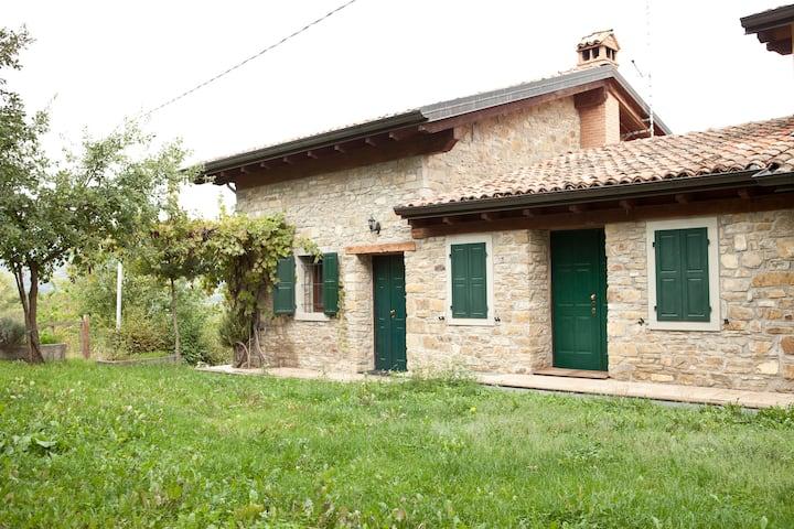 Casa in pietra nella natura