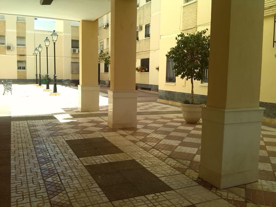 patio super grande con bancos y parking de bicis