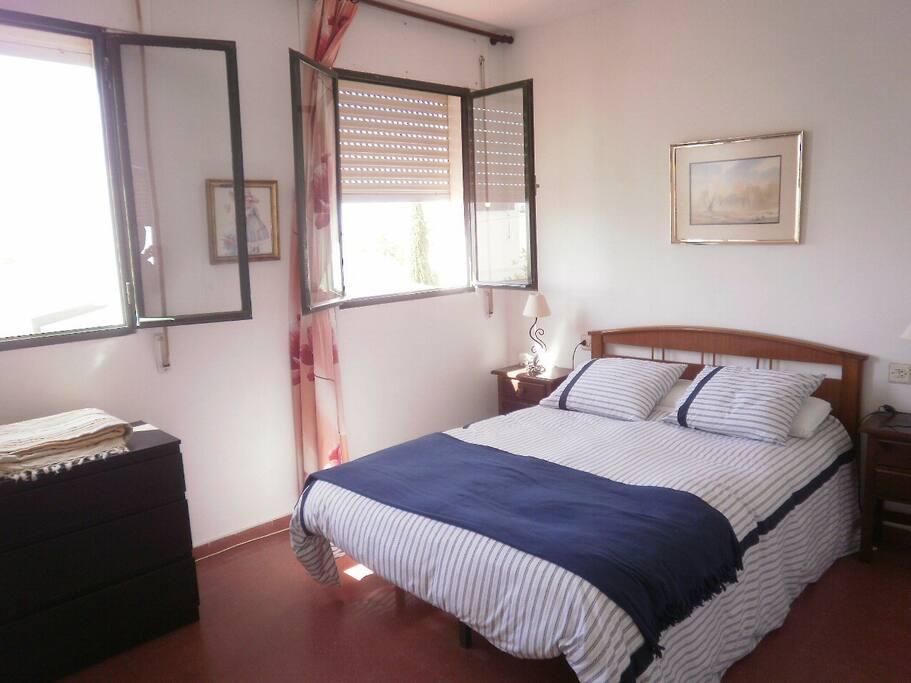Dormitorio matrimonial se puede poner cuna o cama supletoria ,con cuarto de baño y terraza