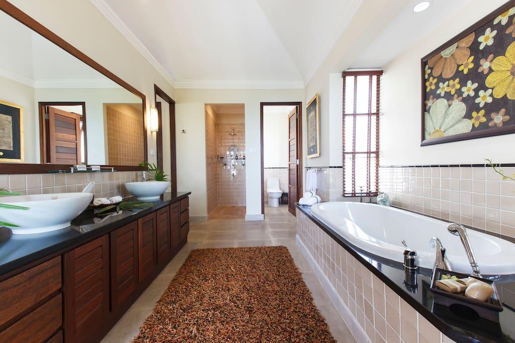 The fabulous oversized Guest MASTER en-suite bathroom!