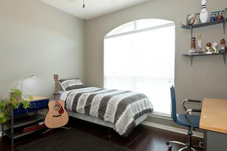 Comfy room and super close to all - Cedar Park