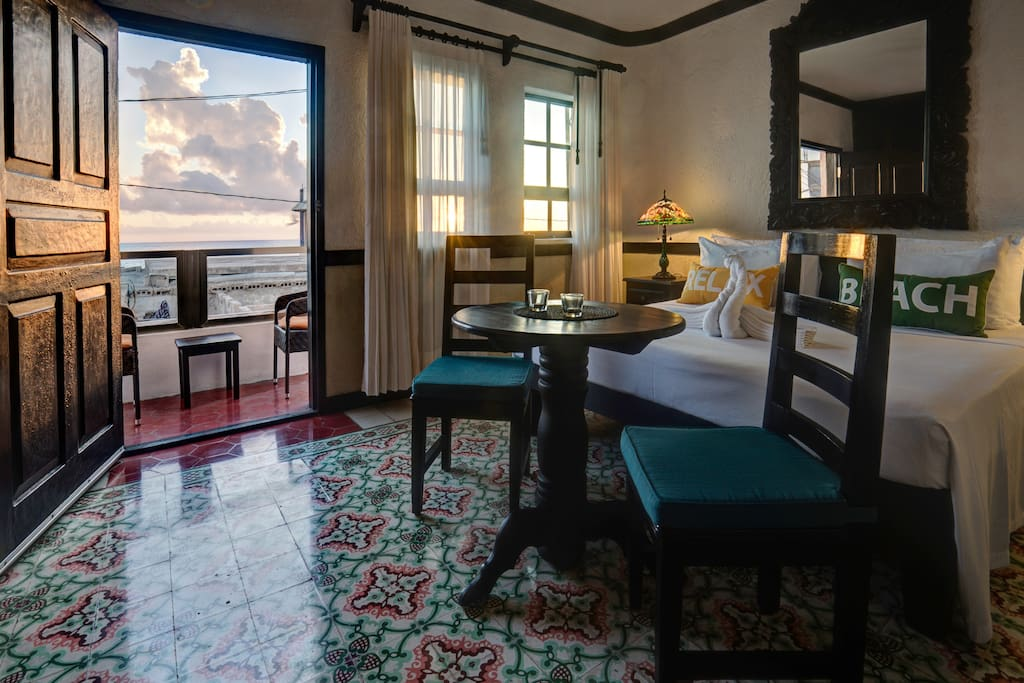 Suite: king bedroom with sunrise sea view
