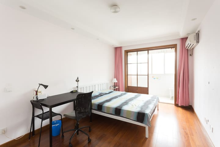 River view room with balcony, ZhongshanPark L2/3/4 - 上海 - Apartament