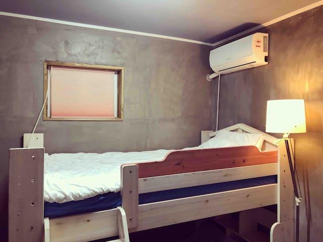 벙커 침대입니다. 2층은 너무나 편안합니다. 1층에서도 편하게 주무실 수 있습니다.