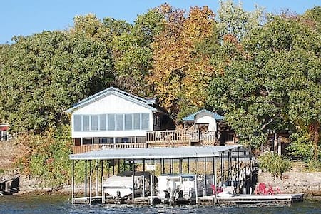 Sleeps 24, Boat slips and swim dock with Hot Tub - Lake Ozark