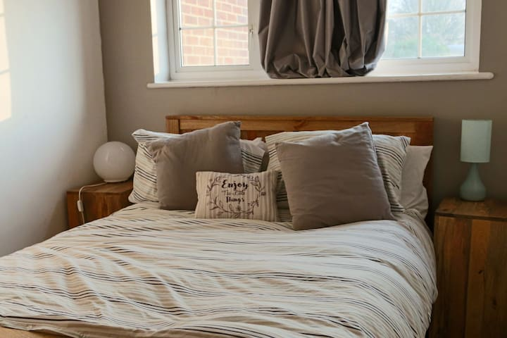 Lovely double room available 30 mins from London