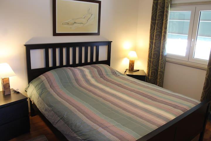 Bedroom / double bed and bathroom - Alcabideche - Dům